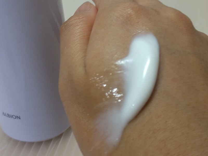 アルビオンのエクサージュホワイト ピュアホワイト ミルクⅡを手に出してみた