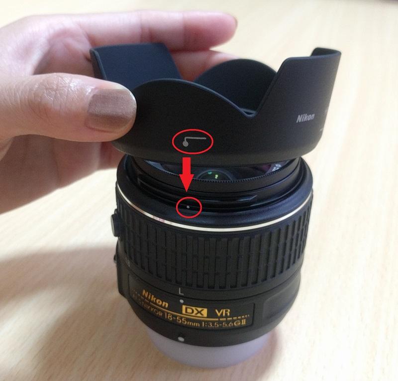 レンズフード(HB69)をD5500(赤)に付けるために白い点に合わせる