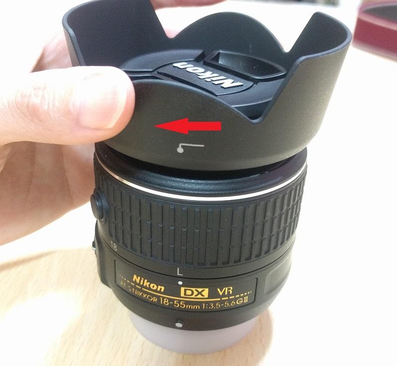 レンズフード(HB69)をD5500(赤)に付けるときは回すだけ