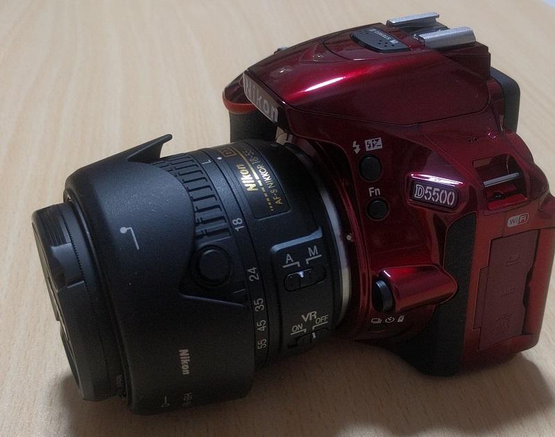D5500(赤)にレンズフード(HB69)をさかさまにつけてみた