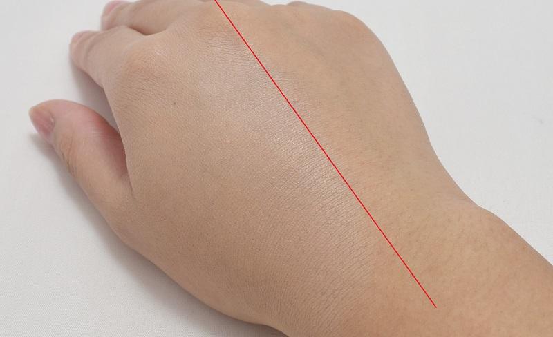 ディオールオールデイクチュールブラシセットのフルイドファンデーションブラシで手の甲にファンデをのせてみる