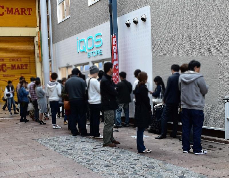 iQOS STORE(アイコスストア)広島店で整理券を待つ人たち