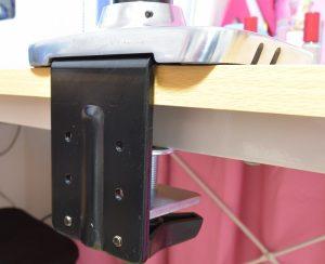 エルゴトロン LX デスクマウント モニターアームを机に付けるときはこんな感じ