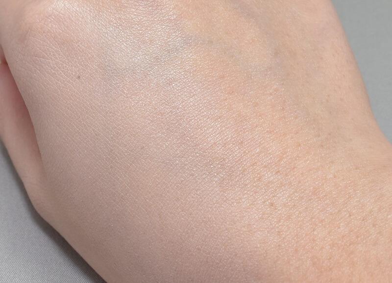 インテグレートリアルフィットリキッドを手の甲に塗ってみた