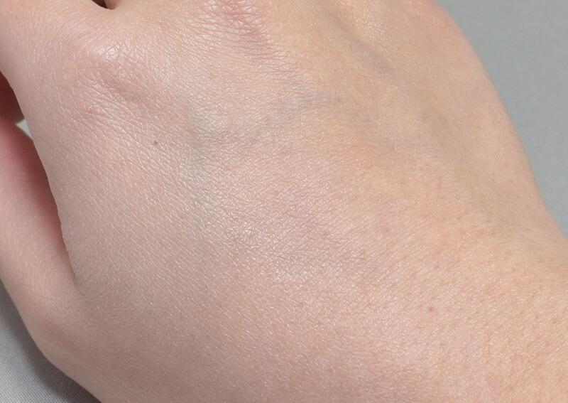 インテグレートスーパーキープパウダーを手の甲に塗ってみた