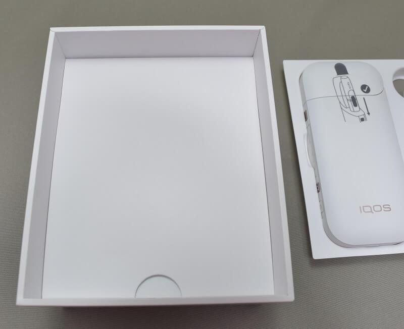 新型アイコス「iQOS 2.4 Plus」の箱のチャージャーとホルダーをどけてみた