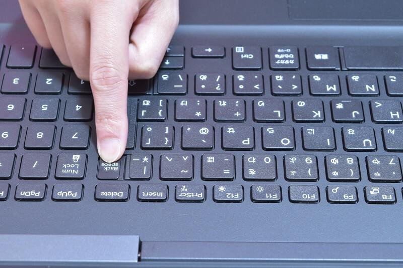 Dell / Inspiron 15 7000 (7567) Gaming プラチナのキーボードのバックスペースキーを押してみた