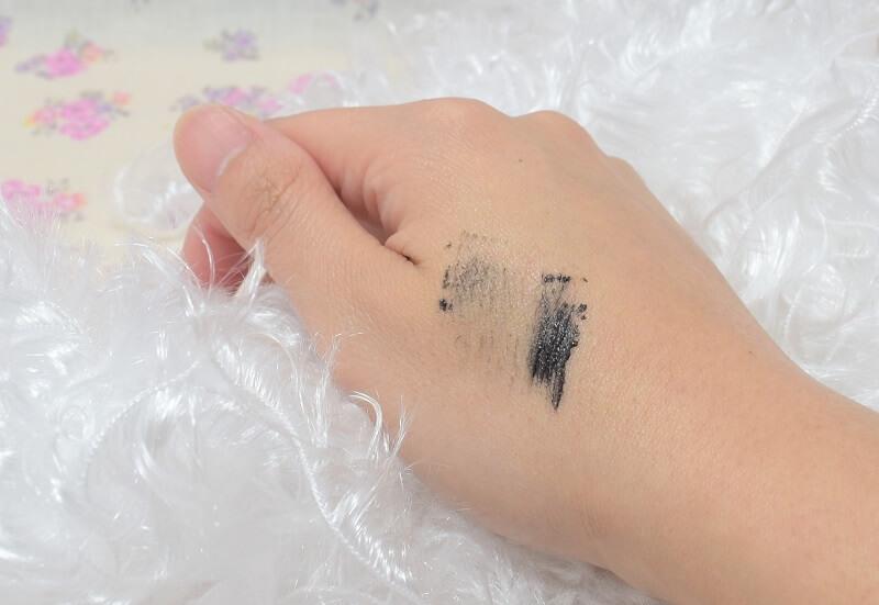 ヒロインメイク/ボリューム&カールマスカラ アドバンスドフィルム#漆黒ブラックを手の甲に塗ってみた!