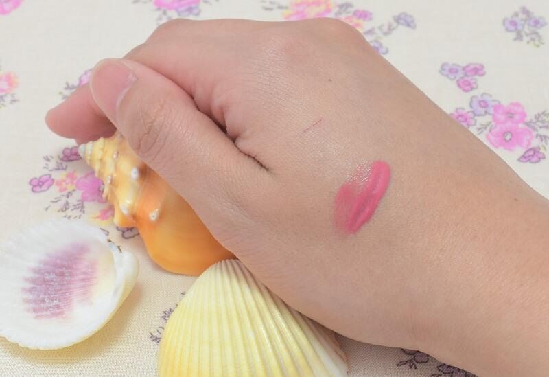 K-パレット/ラスティングリップティント #クラシックローズピンクを手の甲に塗って少し放置中