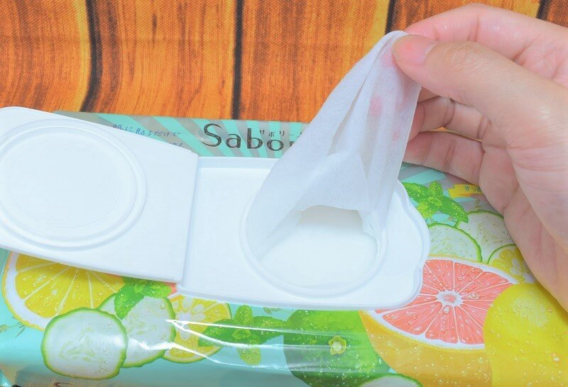 サボリーノ / 目ざまシート (ミンティーグレープフルーツの香り)のフェイスマスクを取り出してる様子