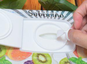 サボリーノ/目ざまシート(キウイヨーグルトの香り)のフタを開けてる様子2