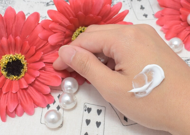 ドルックス / ナイトクリーム (しっとりタイプ)を手の甲に塗ってみた