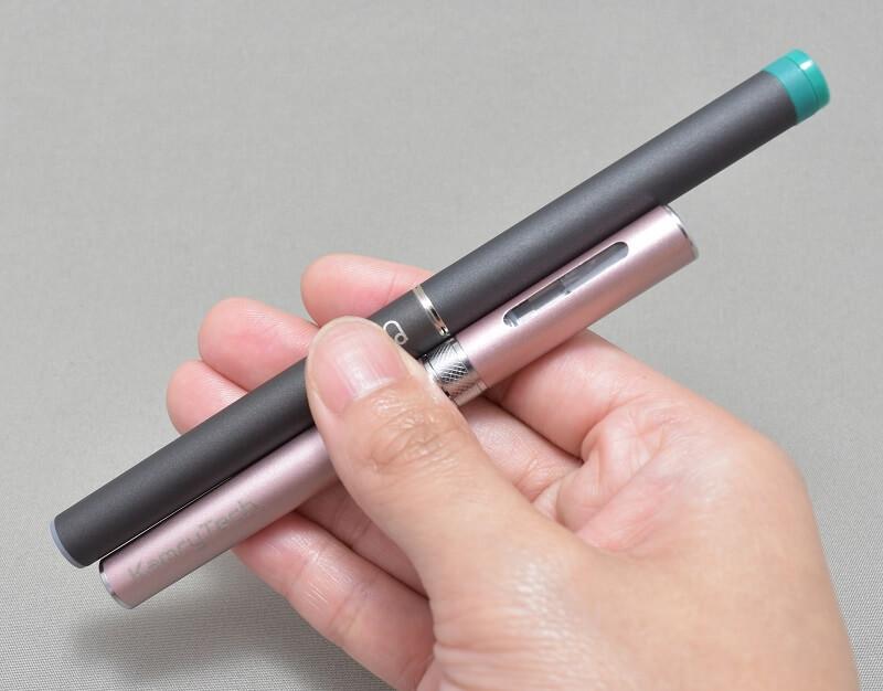 「+Beauty 吸う美容液」の初回購入特典の「KAMRY MICRO Vapor」とプルームテックを手に持ってみた