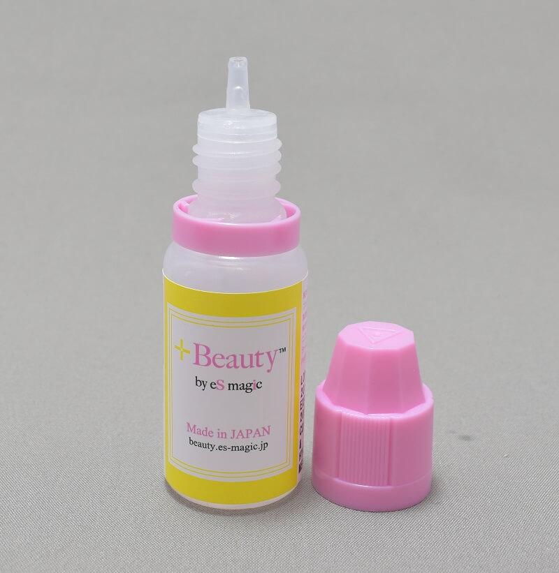 「+Beauty 吸う美容液」のリキッドのボトルのキャップを開けてみた様子