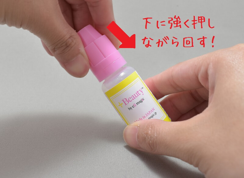 「+Beauty 吸う美容液」のリキッドのボトルの開け方