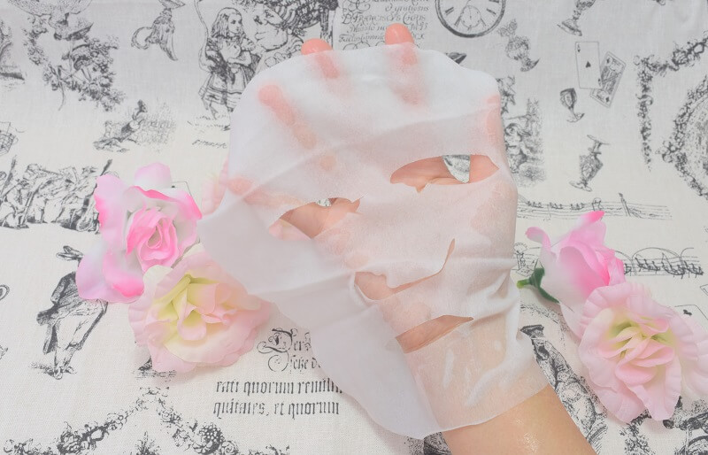 サボリーノの「お疲れさマスク」のマスクを手に広げてみた