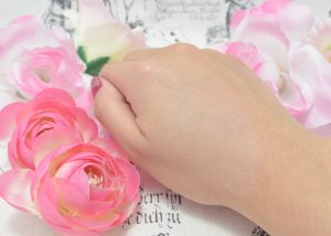 ベネフィーク / クッションコンパクト(ハイドロオーラ)を手の甲に塗ってみた
