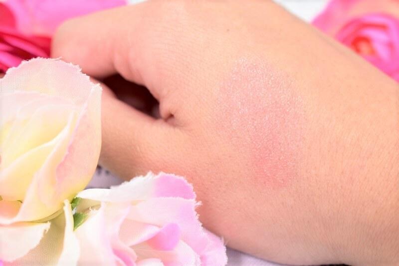 ケイトの色変化ティントCCリップクリーム(クリアブラック→ビビットピンク)を手の甲に塗ってみて10分放置してみた