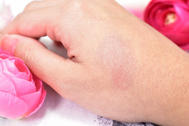 ケイトの色変化ティントCCリップクリーム(クリアブラック→ビビットピンク)を手の甲に塗ってみた