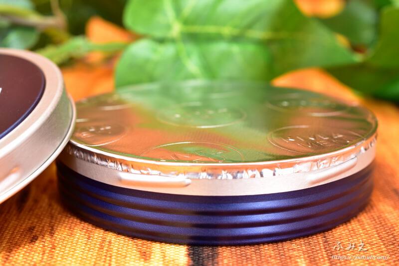 ニベアメン クリーム缶のふたを開けると銀のフィルムがしてあった