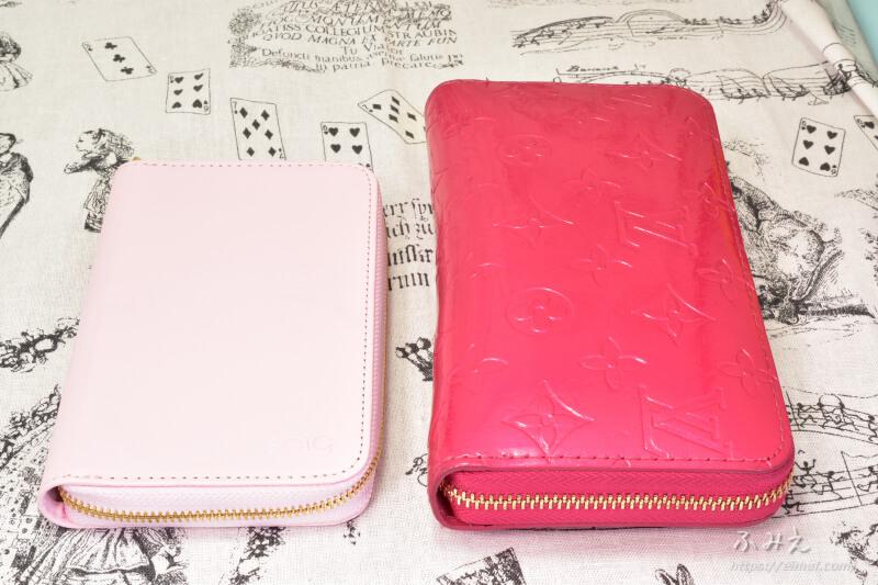 「PloomTECH ロングジップポーチ」本体と財布を並べてみた