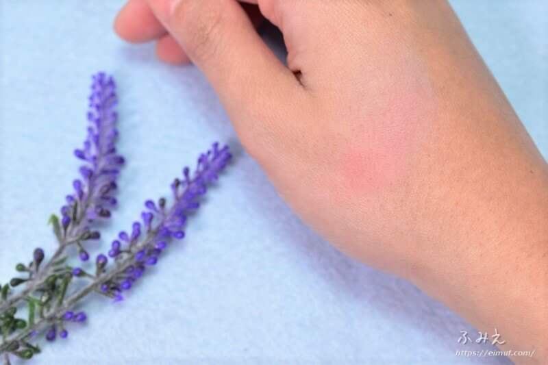 セザンヌのナチュラルチークN #14(ラベンダーピンク)を手の甲に塗ってみた