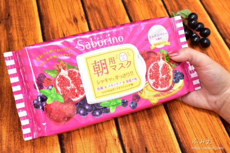 サボリーノの期間限定目ざまシート 完熟果実の高保湿タイプ(ミックスベリーの香り)パッケージを手に持ってみた