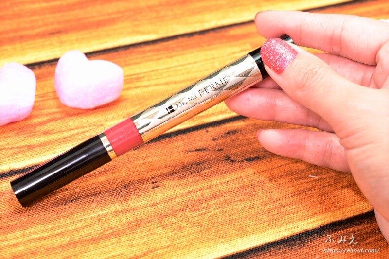 キスミーフェルムの紅筆リキッドルージュ #05(華やかなレッド)本体を手に持ってみた