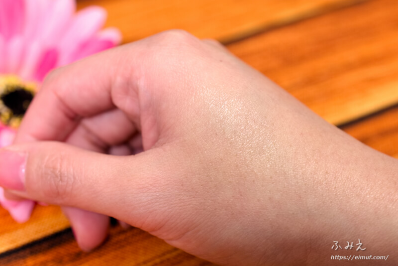 キュレルのリップケア クリームを手の甲に塗ってみた