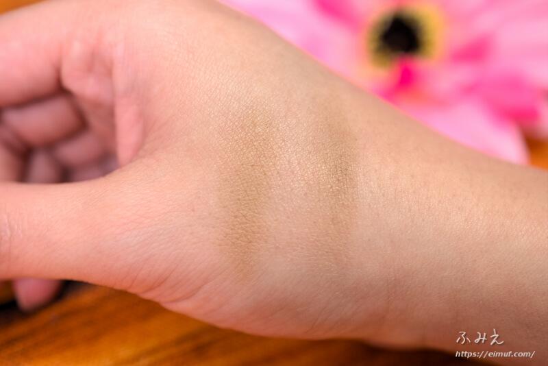 デイキープアイブロウパウダー#01(ライトブラウン)を手の甲に塗ってみた