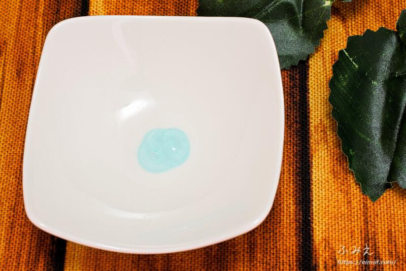 カイミンの薬用ナイトホワイトニングのジェルをお皿に出してみた