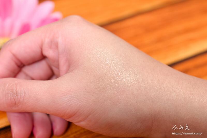ユリアージュ モイストリップ(バニラの香り)を手の甲に塗ってみた