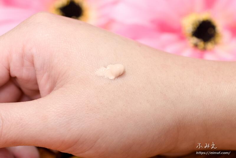 キュレル BBクリーム(明るい肌色)を手の甲に塗ってみた