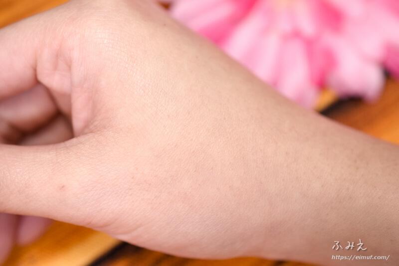 キャンメイク マットフルールシェーディング #01(ナチュラルブラウン)を手の甲に塗ってみた