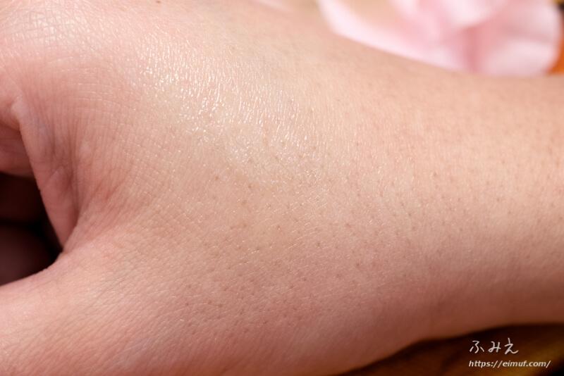 ニベア ディープモイスチャーリップ(無香料)を手の甲に塗ってみた