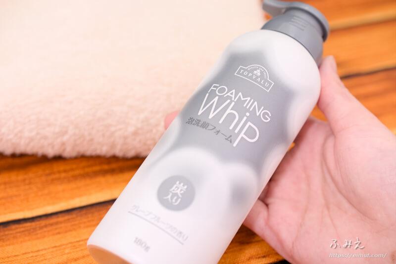 トップバリュ FOAMING Whip 泡洗顔フォーム 炭入り(グレープフルーツの香り)本体を手に持ってみた