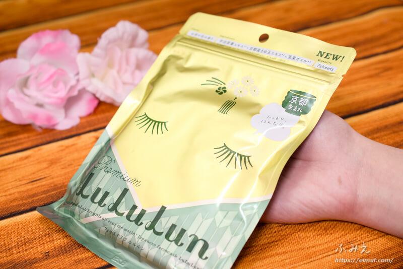 ルルルン 京都のプレミアムルルルン(お茶の花の香り)7枚入りのパッケージを手に持ってみた