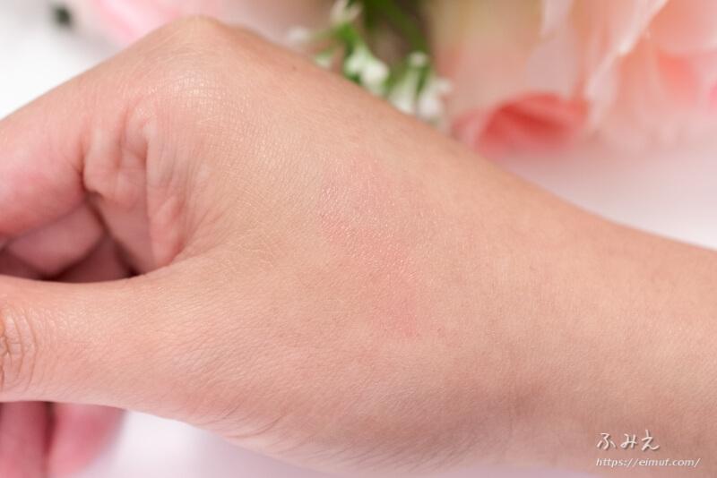 キス クリーミィ シアールージュT #09(ソレイユ) を手の甲に塗ってすぐにふき取ってみた
