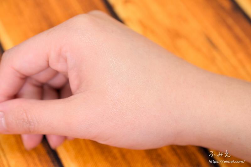 パインアメリップクリームを手の甲に塗ってみた