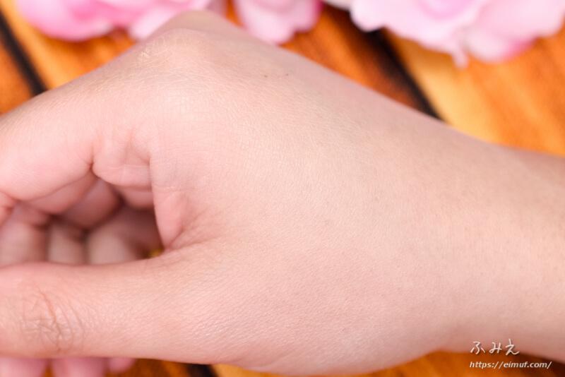 トランシーノ 薬用UVパウダー を手の甲に塗り広げてみた