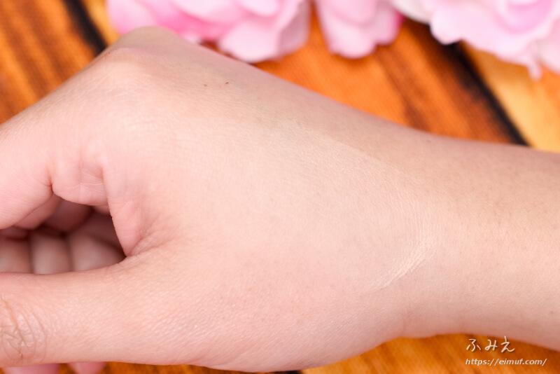トランシーノ 薬用UVパウダー を手の甲に塗ってみた