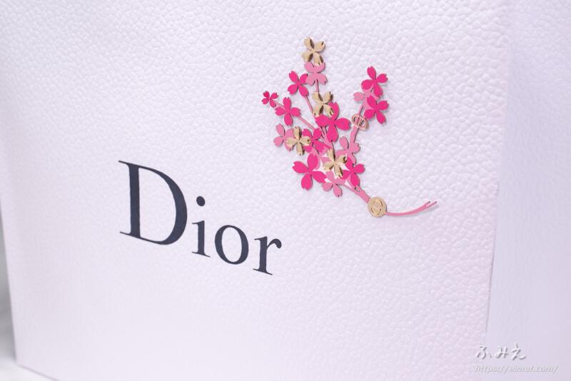 ディオールのショッパーに花のシールが貼られてた