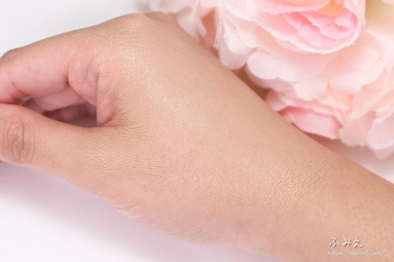 メイベリン SP BB オーラ ラディアント #02(ミディアムオークル) を手の甲に塗り広げてみた