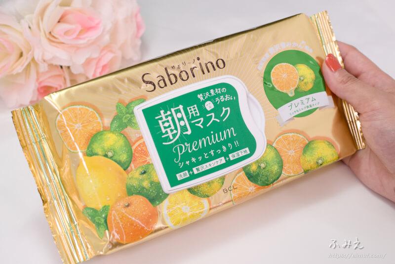 サボリーノ 目ざまシート プレミアム リッチなミルク保湿タイプ(青みかんの香り) パッケージを手に持ってみた
