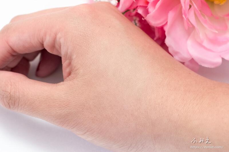 化粧戻しパフ PAFUCO(パフコ) を手の甲に塗ってみた