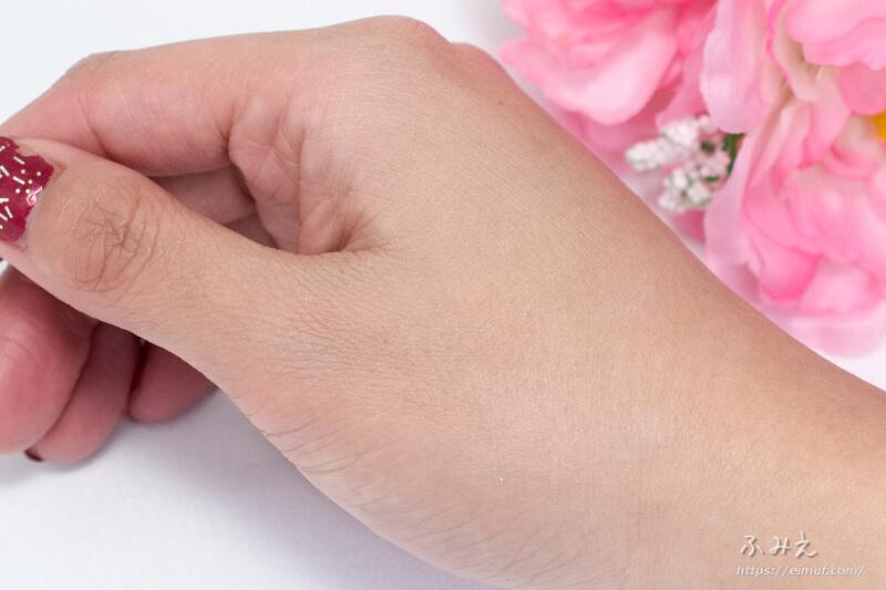 エテュセ さくらフェースカラー を手の甲に塗ってみた
