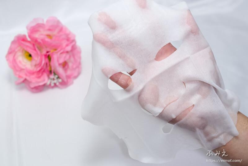 プレミアムルルルン2018 雪(ホワイトバニラの香り) 7枚入り を手のひらに広げてみた