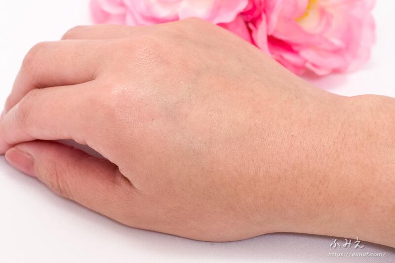 天使のララ(高純度液体フィッシュコラーゲン) を手の甲に馴染ませてみた