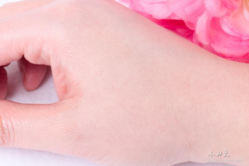 ミノン アミノモイスト バランシングベース UV を手の甲に塗ってみた