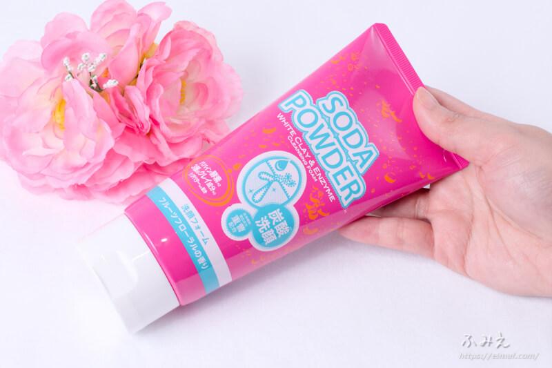 イヴ ソーダパウダー 洗顔フォーム フルーツフローラルの香り 本体を手に持ってみた
